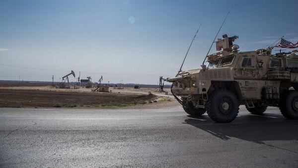 Un blindado de EEUU cerca de campos petroleros en noreste de Siria - Sputnik Mundo