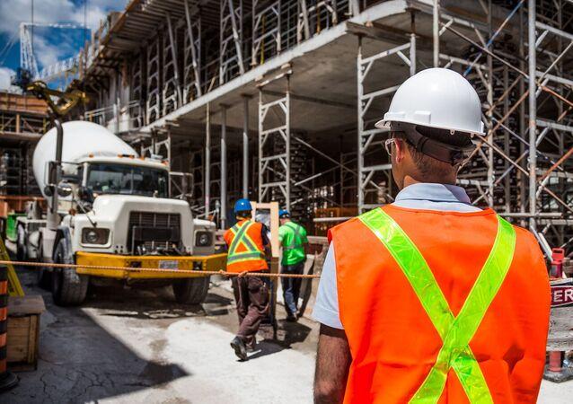 Unos obreros con una mezcladora de cemento (imagen referencial)