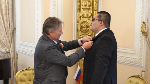 El Embajador de la Federación de Rusia en México, Víctor Coronelli, y el mexicano condecorado por el Ministerio de Defensa de Rusia, Eduardo Cruz - Sputnik Mundo
