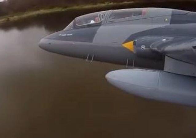 Vuelo rasante de un L-39 Albatros