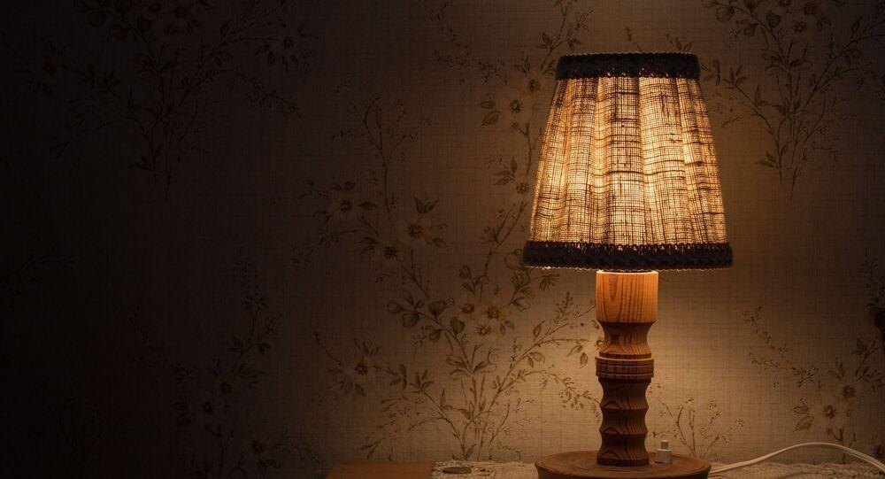 Una lámpara en una mesilla de noche