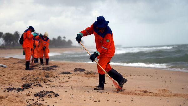 Trabajadores municipales limpiando de petróleo la playa de Barra de Jacuipe en Camacari - Sputnik Mundo