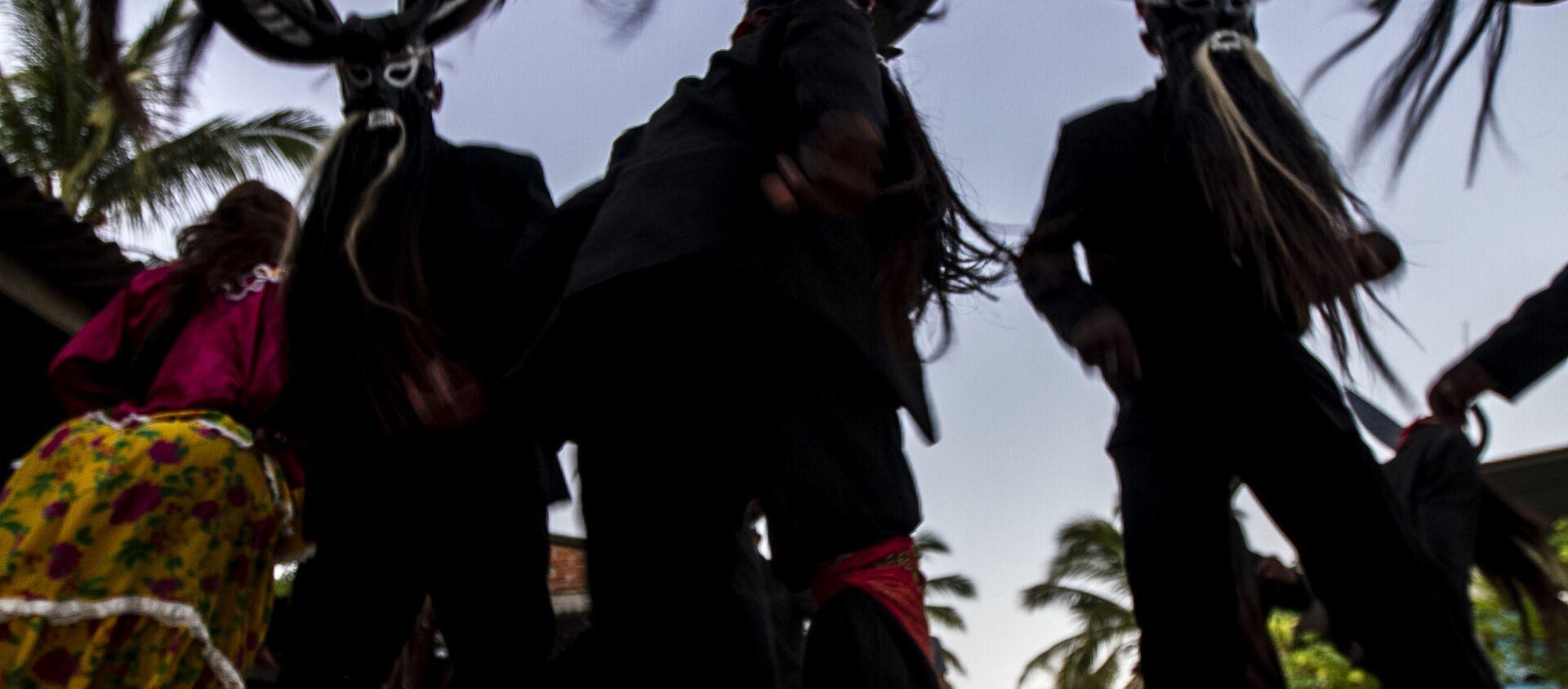 Diablos danzan en un hogar durante el Día de Muertos - Sputnik Mundo, 1920, 04.11.2019