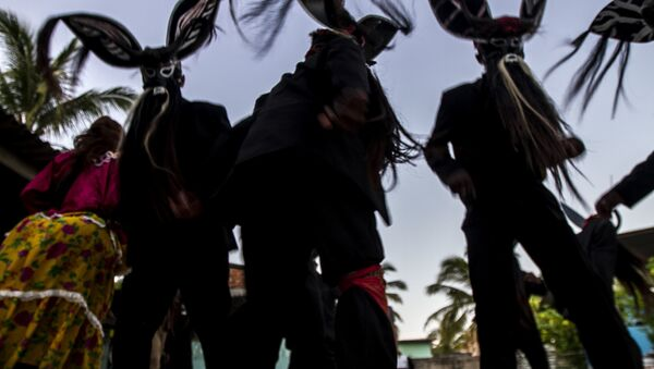 Diablos danzan en un hogar durante el Día de Muertos - Sputnik Mundo