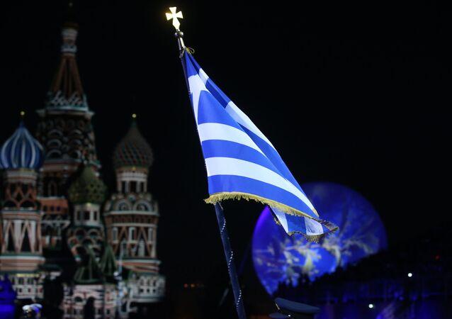 La bandera de Grecia con el fondo de la Catedral de San Basilio de Moscú