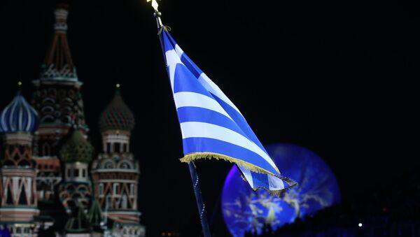 La bandera de Grecia con el fondo de la Catedral de San Basilio de Moscú - Sputnik Mundo