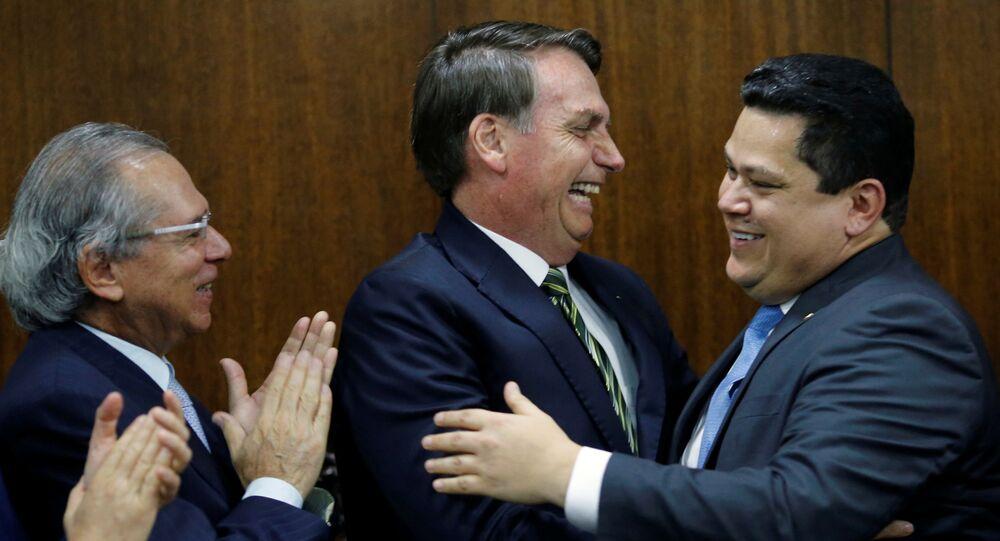 El presidente brasileño, Jair Bolsonaro, felicita al presidente del Senado, Davi Alcolumbre