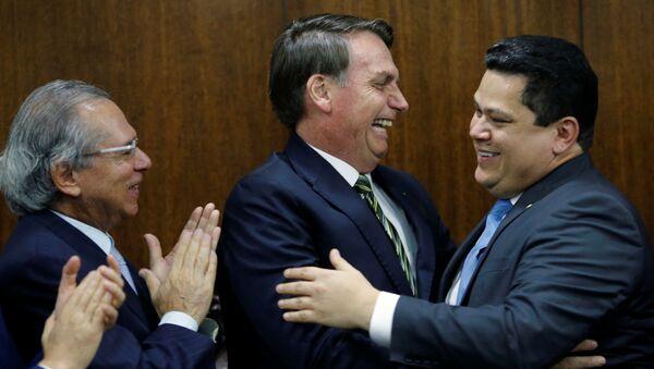 El presidente brasileño, Jair Bolsonaro, felicita al presidente del Senado, Davi Alcolumbre - Sputnik Mundo
