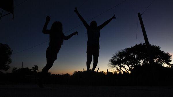 Cuajinicuilapa, Guerrero. Dos niños descansan tras el último día de la danza de los diablos, para festejar el Día de Muertos en la región de Costa Chica - Sputnik Mundo