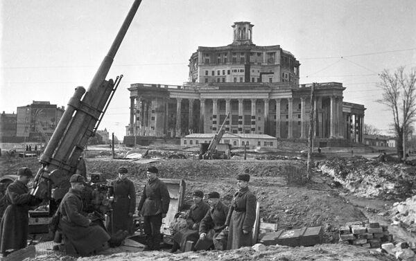 Cañones de la defensa antiaérea con el Teatro del Ejército Soviético camuflado - Sputnik Mundo