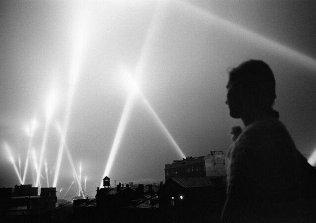 Los focos de las tropas de defensa aérea iluminan el cielo de Moscú, 1941