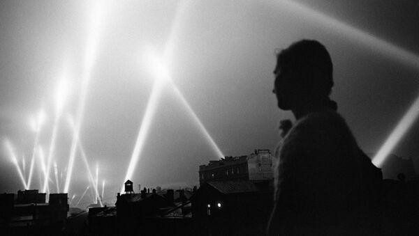 Los focos de las tropas de defensa aérea iluminan el cielo de Moscú, 1941 - Sputnik Mundo