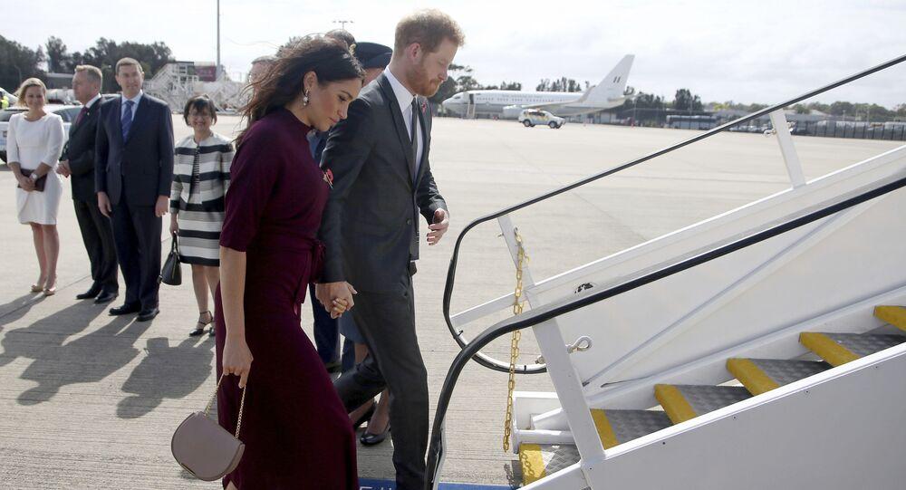 La duquesa y el duque de Sussex, Meghan y Enrique, abordan un avión