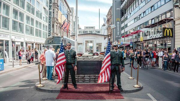 Dos militares sostienen banderas de EEUU (imagen referencial) - Sputnik Mundo