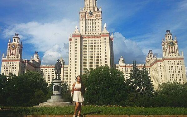 Indira Ocampo, de fondo Universidad Estatal de Moscú - Sputnik Mundo