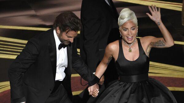Bradley Cooper y Lady Gaga en la ceremonia del Óscar - Sputnik Mundo