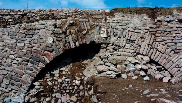 Puente descubierto en Ecatepec con glifos prehispánicos - Sputnik Mundo