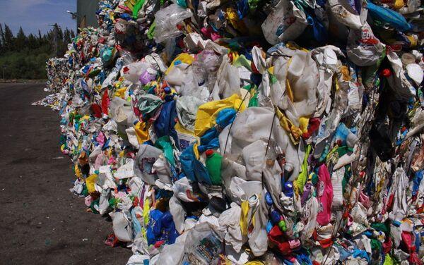 Basura de plástico en la planta de reciclaje de Aborgase en Andalucía - Sputnik Mundo
