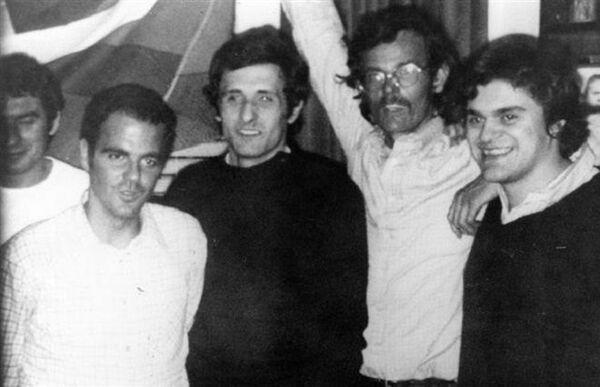 Foto con otros presos y familiares a la salida de la cárcel - Sputnik Mundo