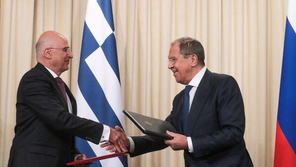 La reunión entre el canciller ruso, Serguéi Lavrov y su para griego, Nikolaos Dendias - Sputnik Mundo
