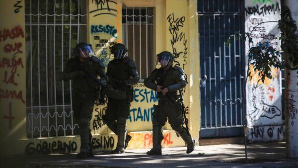 Carabineros de Chile disparan hacia los manifestantes - Sputnik Mundo