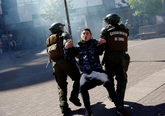 Carabineros de Chile atrapan a un manifestante durante una protesta (archivo)