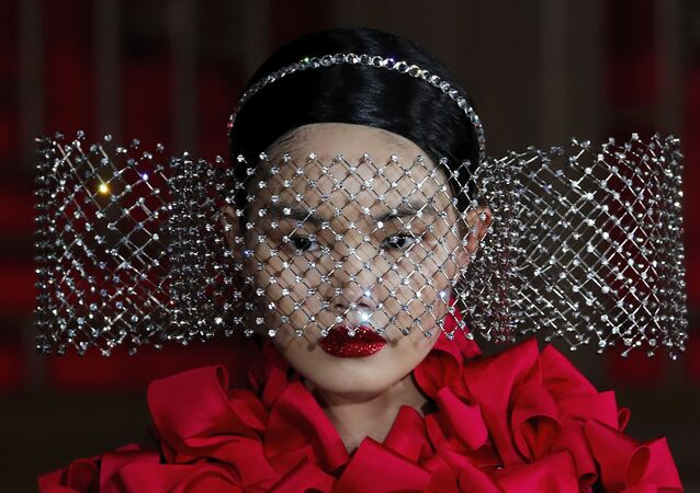 Belleza extraterrestre y lujo sin límites: así fue el desfile de Valentino en China