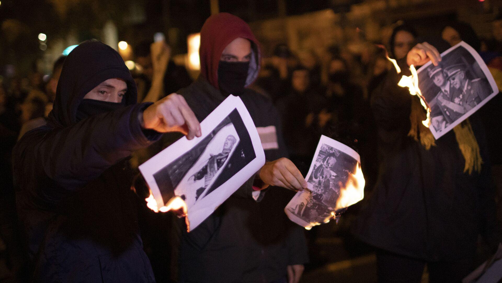 La gente quema las fotos de Francisco Franco - Sputnik Mundo, 1920, 14.11.2019
