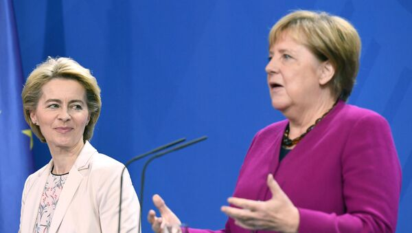 La nueva presidenta de la Comisión Europea, Ursula von der Leyen, y la canciller alemana, Angela Merkel - Sputnik Mundo
