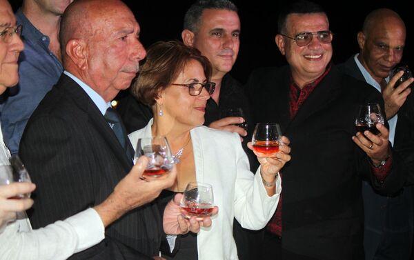 Maestros del ron cubano brindan con el extra añejo 1519 - Sputnik Mundo