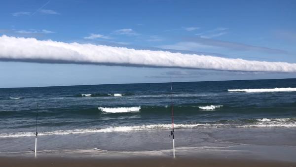 Captan una alucinante nube en forma de rollo en una playa de EEUU - Sputnik Mundo