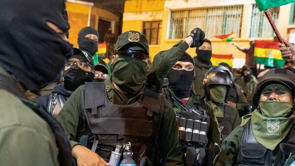 La Policía Boliviana en La Paz durante su repliegue - Sputnik Mundo