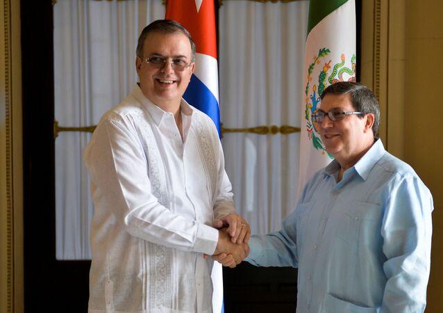 El secretario de Relaciones Exteriores de México, Marcelo Luis Ebrard, con su homólogo cubano, Bruno Rodríguez Parrilla