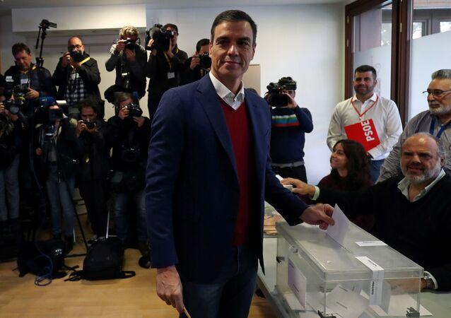 Pedro Sánchez, líder del Partido Socialista español, emite su voto en las elecciones generales del 10 de noviembre, en Madrid (España)