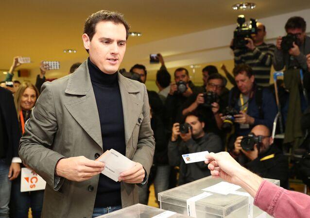 El líder de Ciudadanos, Albert Rivera, vota en las elecciones generales de España el 10 de noviembre