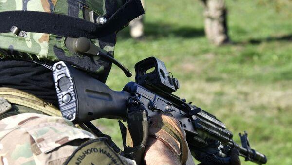 Un militar ruso con un fusil Kalashnikov - Sputnik Mundo