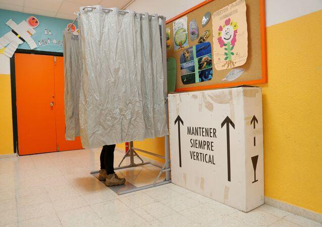 Así votan en los colegios electorales de España