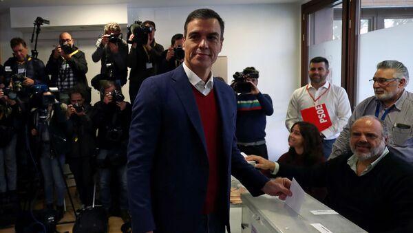 El presidente en funciones y secretario general del PSOE, Pedro Sánchez, emite su voto durante las elecciones generales en Pozuelo de Alarcón, cerca de Madrid (España). - Sputnik Mundo