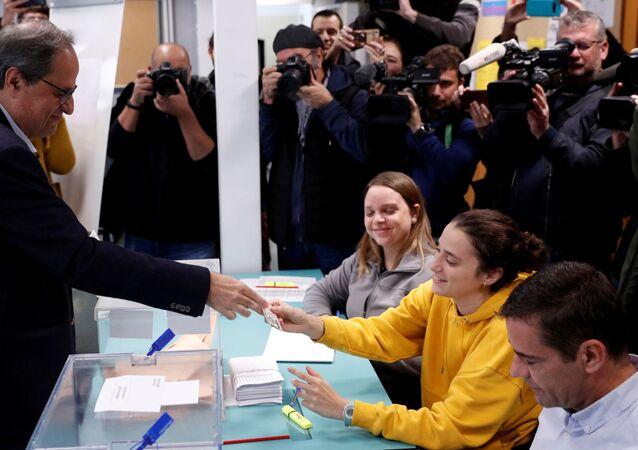 Quim Torra entrega un documento de identidad a la presidenta de la mesa electoral