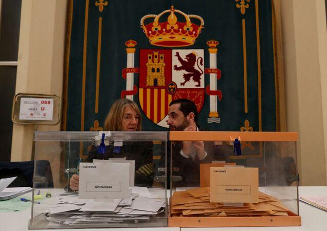 Dos urnas de votación durante las elecciones generales de España del 10 de noviembre