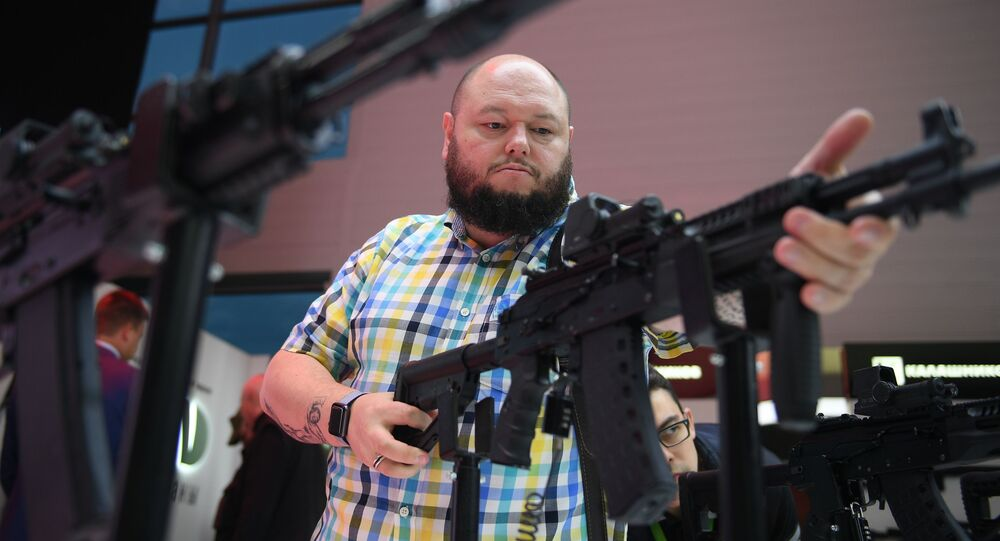 Un hombre sostiene el nuevo misil AK-12