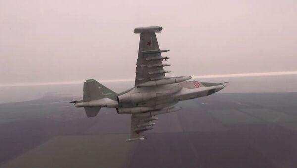 Los pilotos de los 'tanques' voladores Su-25 perfeccionan sus destrezas - Sputnik Mundo