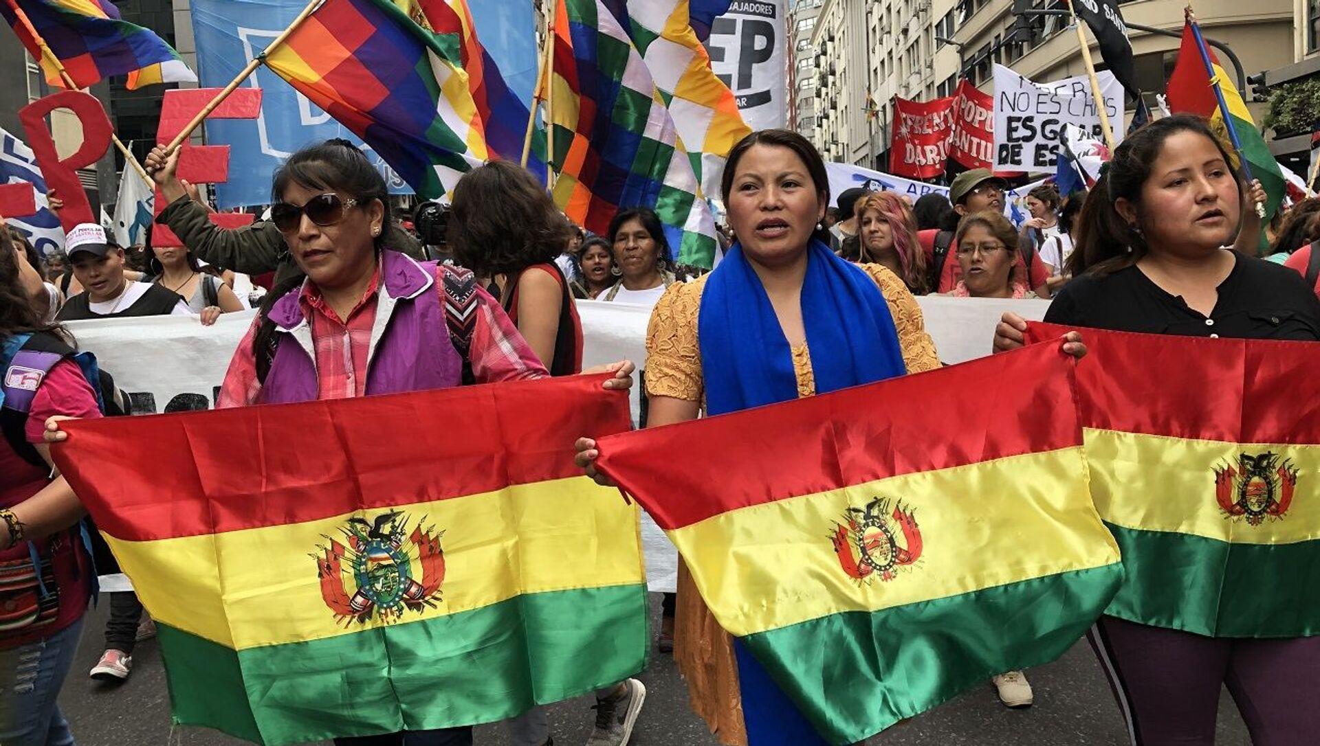 Sandra Carreño (centro), secretaria general de la La Confederación Nacional de Mujeres Campesinas Indígenas Originarias de Bolivia - Bartolina Sisa, en Argentina - Sputnik Mundo, 1920, 20.01.2021