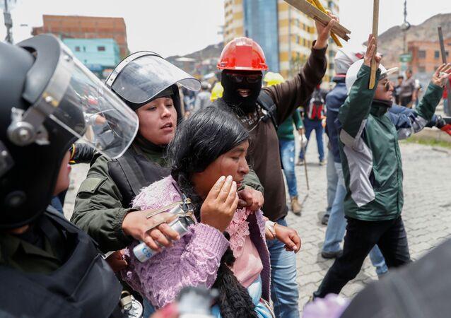Mujer detenida por la policía durante los choques entre manifestantes a favor de Evo Morales y manifestantes de la oposición en La Paz