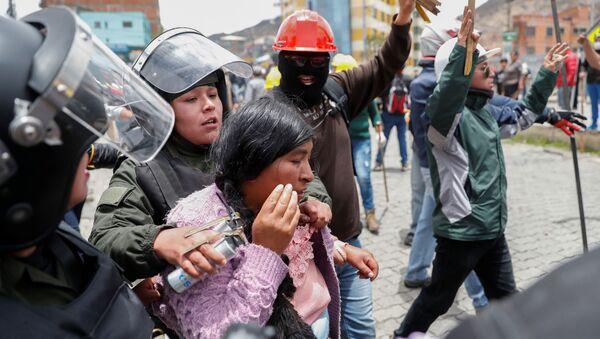 Mujer detenida por la policía durante los choques entre manifestantes a favor de Evo Morales y manifestantes de la oposición en La Paz - Sputnik Mundo
