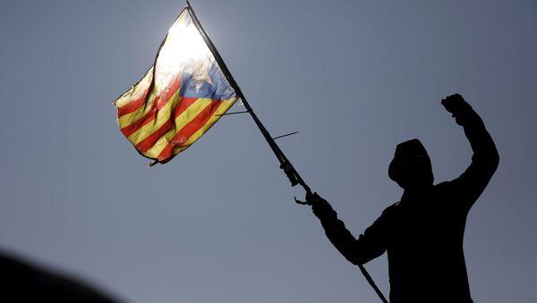 Un manifestante con la bandera independentista catalana - Sputnik Mundo