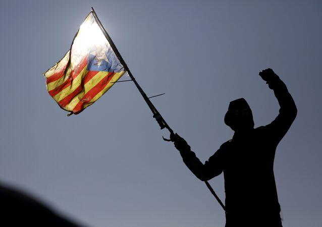 Un manifestante con la bandera independentista catalana