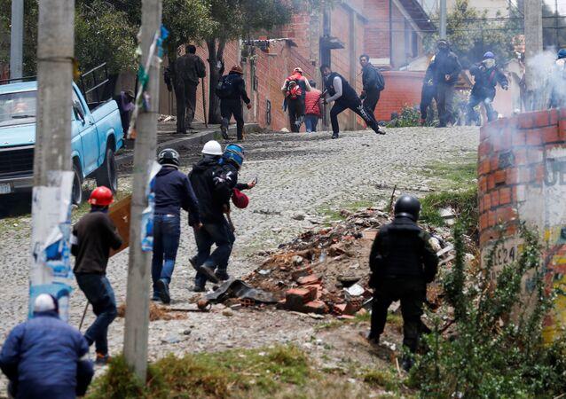 Manifestantes en apoyo a Evo Morales se enfrentan a defensores de la oposición en una calle de La Paz, Bolivia