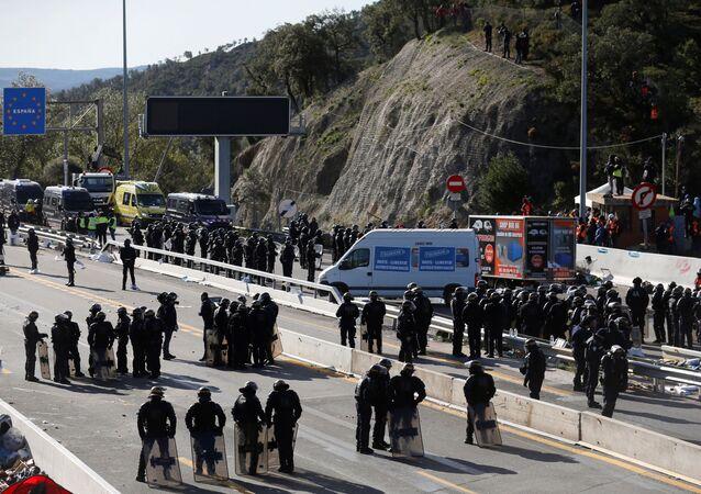 La Policía española en la carretera AP-7 en la frontera con Francia