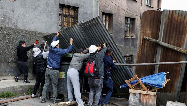 Manifestantes intentan instalar una barricada en una calle de La Paz, Bolivia - Sputnik Mundo